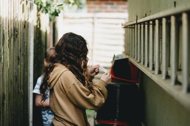 Crianças leem pistas na brincadeira de caça ao tesouro