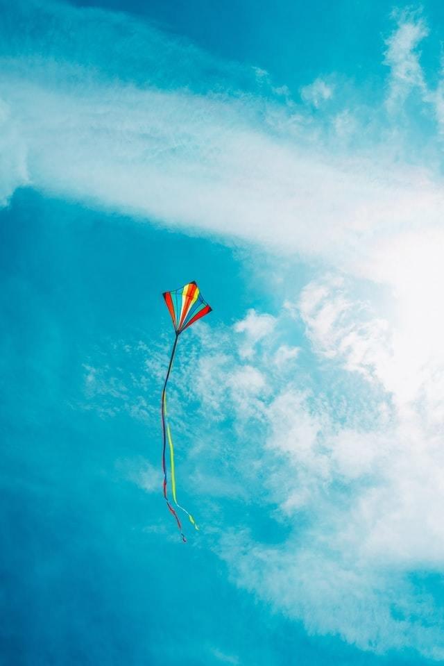Pipa colorida voa o céu azul