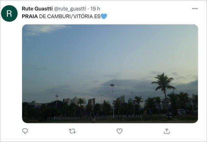 Emoji de coraçao azul usado em um tweet sobre praia