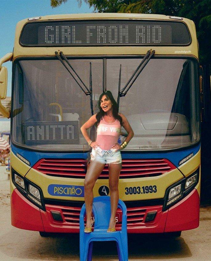 Gretchen em pé em uma cadeira de plástico azul em frente a um ônibus