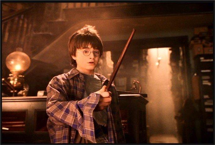Personangem Harry Potter segura a varinha com uma expressão assustada