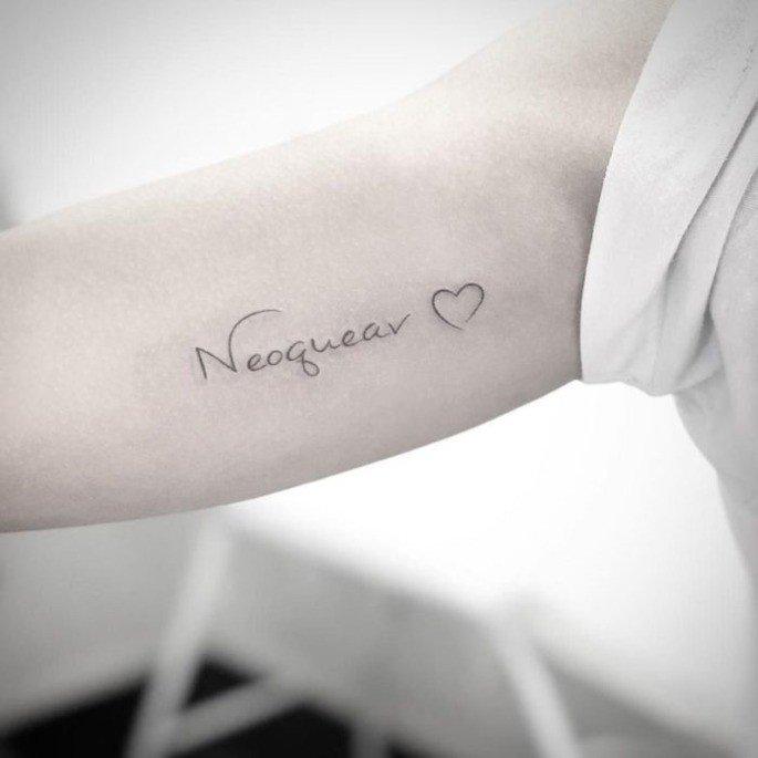 Tatuagem com a sigla NEOQEAV como forma de homenagem