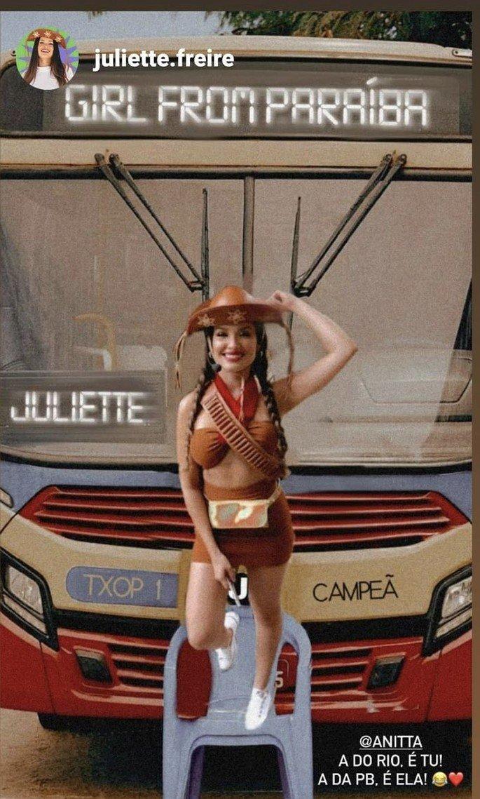 Juliette em pé em cima de cadeira de plástico em frente a ônibus