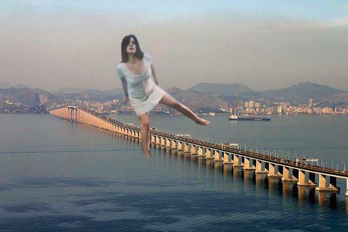Lana del Rey gigante passando pela ponte Rio-Niterói