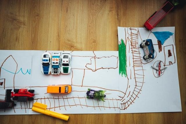 Pista de corrida de carros desenhada com papel