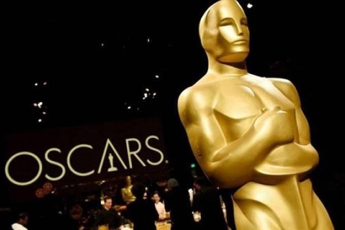 Estatueta do Oscar em primeiro plano