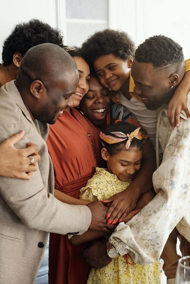 Família se abraça em pé