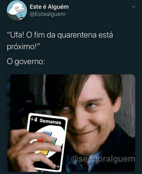 Meme sobre a quarentena em que um rapaz aparece segurando uma carta de Uno com +4
