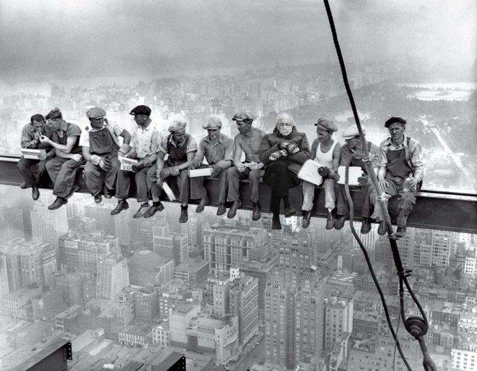 Bernie Sanders inserido em foto clássica de almoço no topo de arranha-ceu