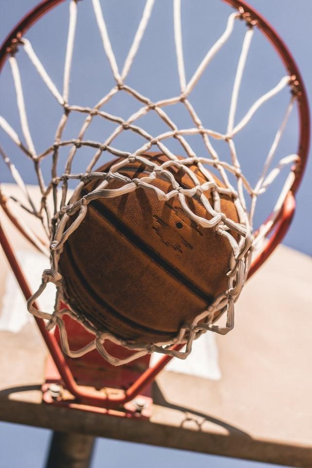 Bola caindo na cesta de basquete